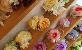 お花のコサージュが咲き誇る