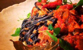 春のデトックス、竹炭パワーの真っ黒麺
